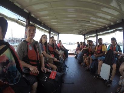 Dalam boat kecik menuju ke Gua